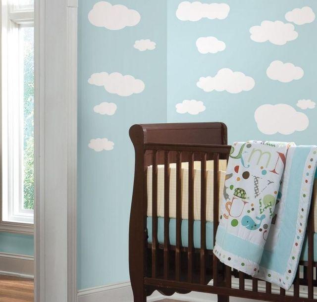 Ideal babyzimmer gestalten neutral pastellblau weisse wolken wanddeko