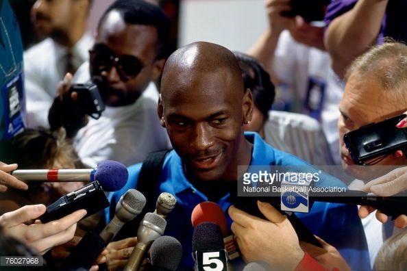 Fotografia de notícias : Michael Jordan of the Chicago Bulls talks with...