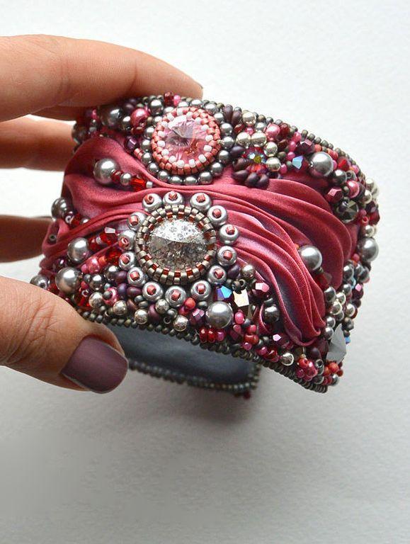 """Вышитый браслет """"Hot lava"""" с шелковой лентой шибори от Зои Числовой — работа дня на Ярмарке Мастеров. Магазин мастера: pipa77.livemaster.ru #beautiful #handmade #embroidery #beadwork #shibori #jewelry #bracelet"""