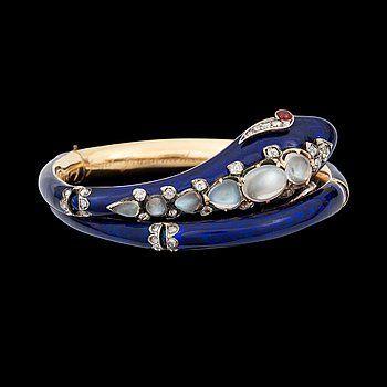ARMBAND i form av en orm, England ca 1845, emalj, rubiner, diamanter samt månstenar.