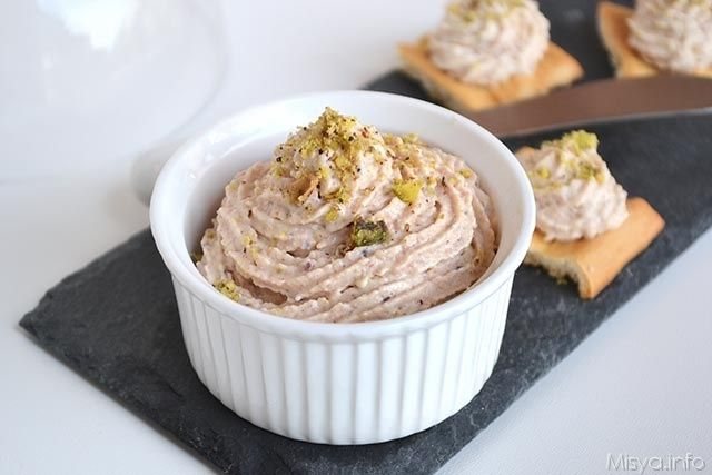 La mousse di mortadella e pistacchi è un antipasto facile e veloce che si prepara davvero in 5 minuti. La mortadella, devo ammetterlo, non è tra i