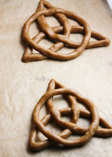 Celtic Knot Graham Cookie Recipe for Merida Party. I think this design in chocolate to put on top of cupcakes?