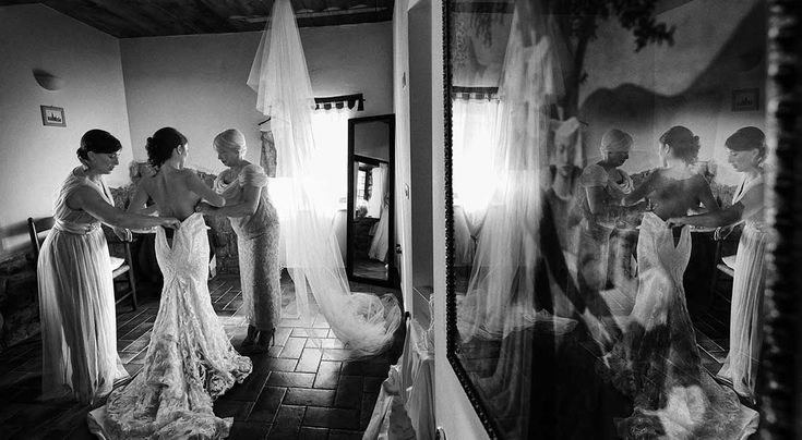 bride getting ready, Castello di Rosciano. Rellini art studio
