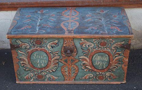 Kiste fra Møre og Romsdal. Datert 1821 Høyde: 45cm Lengde:89cm Dybde:49cm Kr. 14.500,-