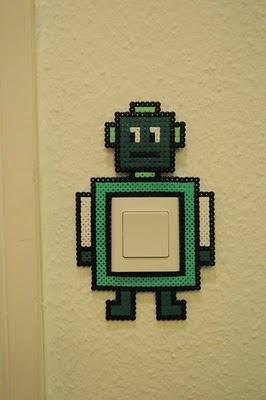 Robot en perles à repasser, autour d'un interrupteur.