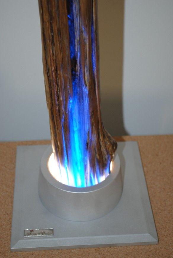 OLIMPIA - Base alluminio, bordi bisellati Illuminazione a quattro LED blu Stelo legno di quercia