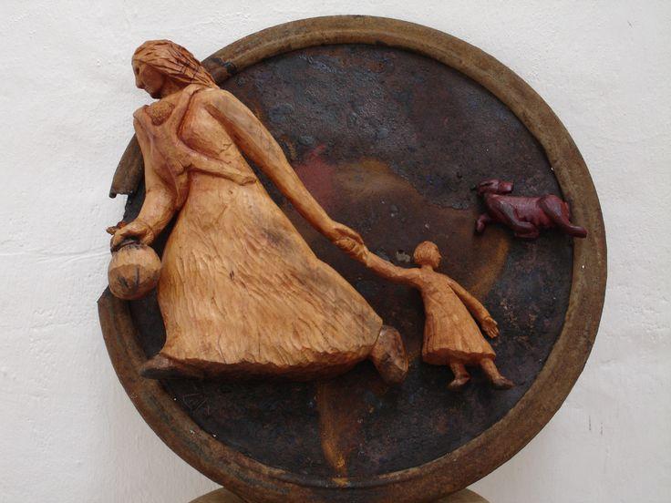 ...Y ahora?. talla en madera sobre metal. Chila Trujillo