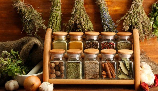 Чтобы на кухне как можно дольше царил порядок, нужно правильно организовать хранение продуктов питания, посуды, кухонной утвари и других мелочей. Сегодня мы говорим о специях и о том, как сделать их хранение удобным в использовании.