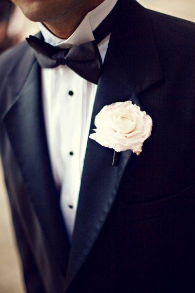 Look muy formal, clasic, en blanco y negro y boutonniere de una rosa