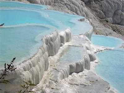 pamukkale_Turquia- Essas cascatas petrificadas de Pamukkale são, na verdade, originadas a partir de nascentes de água quente que fluem para a superfície, formando depósitos de cálcio