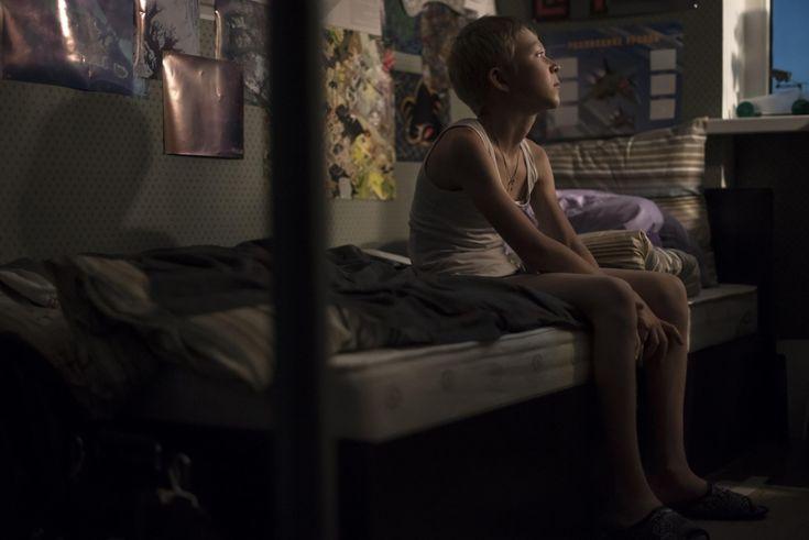 Boris et Zhenya sont en train de divorcer. Ils se disputent sans cesse et enchaînent les visites de leur appartement en vue de le vendre. Ils préparent déjà leur avenir respectif : Boris est en couple avec une jeune femme enceinte et Zhenya fréquente un homme aisé qui semble prêt à l'épouser… Aucun des deux ne semble avoir d'intérêt pour Aliocha, leur fils de 12 ans. Jusqu'à ce qu'il disparaisse.
