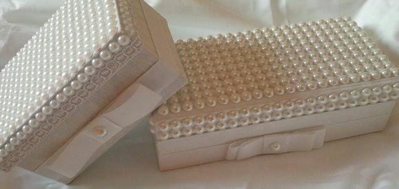Caixa todo forrada de tecido 100% algodão e aplicação de pérolas um LUXO. Muito linda Caixa MENOR com opção da lembrança da Madrinha (Bem casado...castanhas e etc) Tamanho largura: 10cm altura: com tampa 8cm comprimento:15cm Caixa MAIOR com opção da lembrança do Padrinho (Gravata...Champagne) Tamanho: largura 11cm altura 7cm comprimento 23cm R$ 95,00