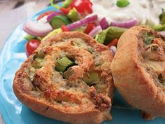 Meine Low Carb Rezepte: Wurstschnecken mit buntem Salat - Bratwurst in Mozzarella-Teig. Eine deftige Idee für warme Abende.