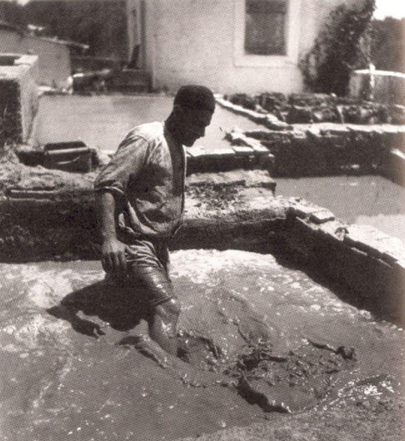 Ανακάτεμα χώμα και νερό, λάσπη για πηλό στο Μαρούσι