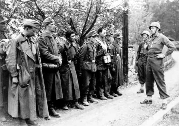 Captive frenchmen from the 33 waffen grenadier division - French div 2 ...