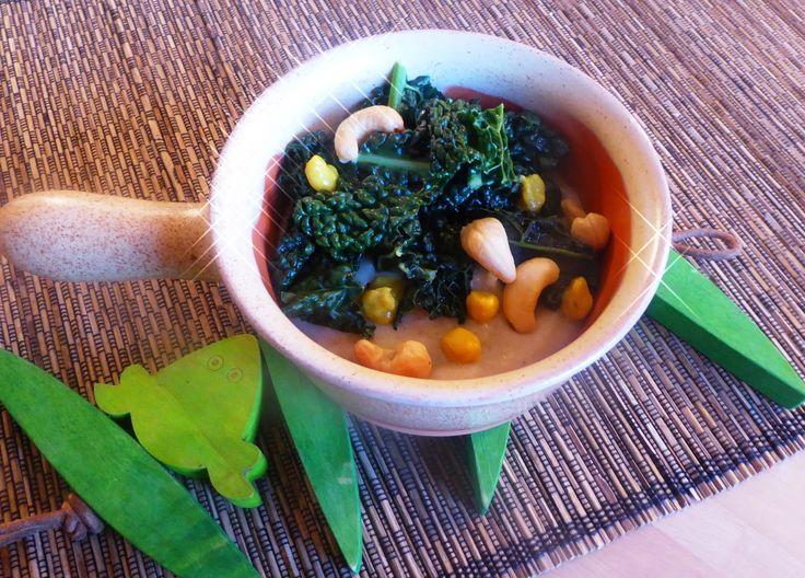 Crema di zucchine con palline croccanti di ricotta, curcuma e semi di papavero per la ricetta: http://www.frittomistoblog.it/2015/02/crema-di-zucchine-con-palline-croccanti.html