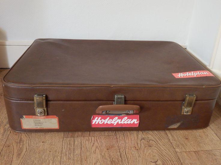Leuke oude koffer te koop. Heeft originele etiketten (naam en adres en tweemaal 'Hotelplan'. De sloten werken goed en zijn niet roestig. Stoffen groene binnenkant. Maat 70x50, hoogte 16. Leuk als opberger, of om een kofferstapel mee te maken! Het gaat om een 'zachte' koffer. Daarom ook een 'zachte' prijs, 14,50 euro.