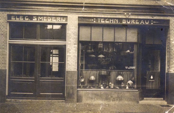 Thomas a Kempisstraat 4, Smederij G.H. van Rossum (hoefsmid), ca. 1920-1930. Links boven de deur Elec(trische) Smederij, rechts Techn(isch) Bureau. In de etalage allerlei lampen.