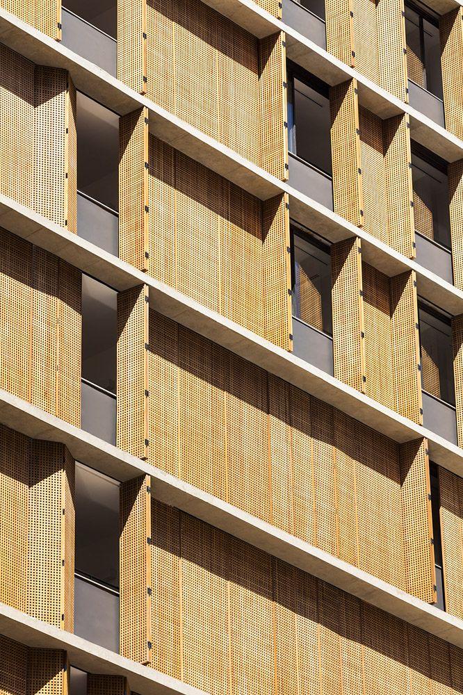 El estudio brasileño MK27, liderado por Marcio Kogan, es el autor de este edificio residencial que se encuentra en el barrio exclusivo de Chácara Itaim, situado al oeste de Sao Paulo. La fachada presenta superficies vistas de hormigón armado y...