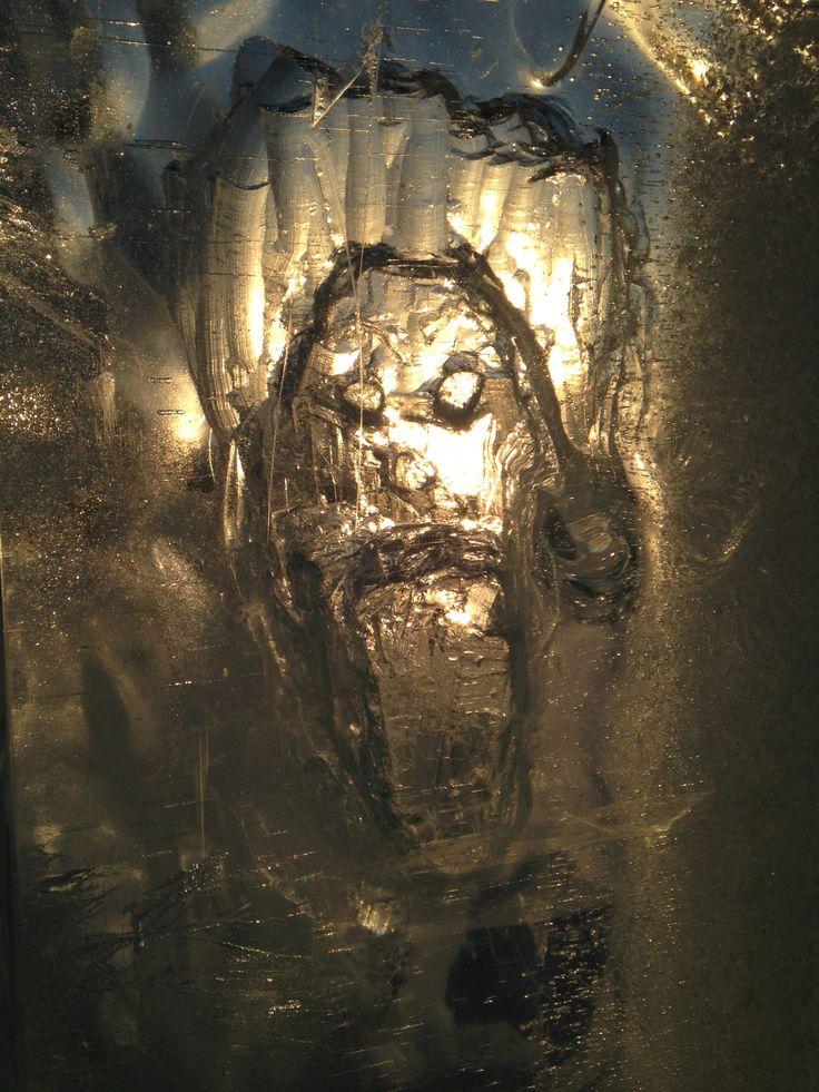 Isskulptur, is, snø. solen skinner inn fra baksiden. Spennende effekter.