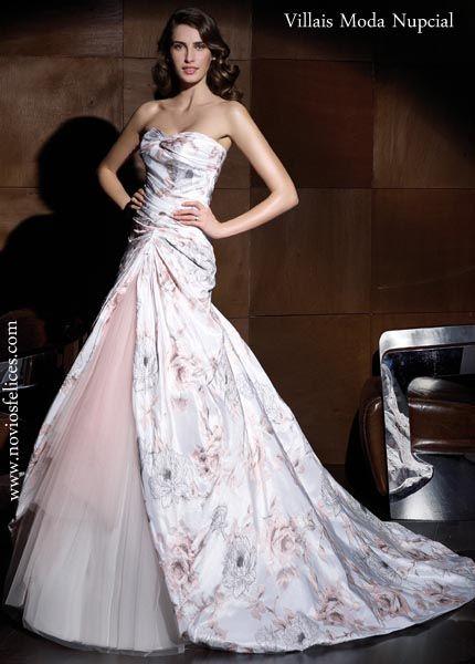 Vestido de novia con estampaciones de flores en colores rosados y azul grisáceo