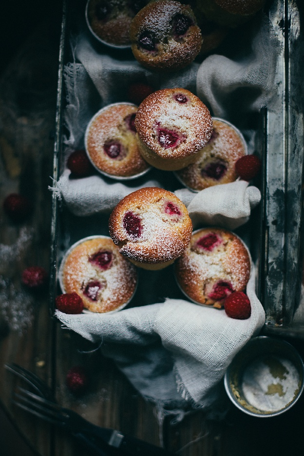 Raspberry and almond muffins | Linda Lomelino