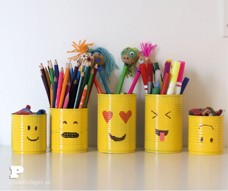 Tin cans are fun to craft with and can be turned into great organizers. Remove the labels, wash out the food residues and you have excellent pencil holders. Today we paint Emoji faces on painted tin cans. You need to washed and dry tin cans, yellow spray paint and waterproof markers. First, spray paint the(...)