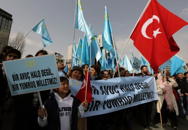 PHOTO: Crimean tatars protest against Russian intervention 3. (Pale blue flag is their flag.) #Crimea