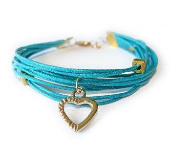 Bransoletka z turkusowego, woskowanego sznurka z zawieszką w kształcie serca w złotym kolorze. Wzór dostępny tylko w Prezent Perfekt!