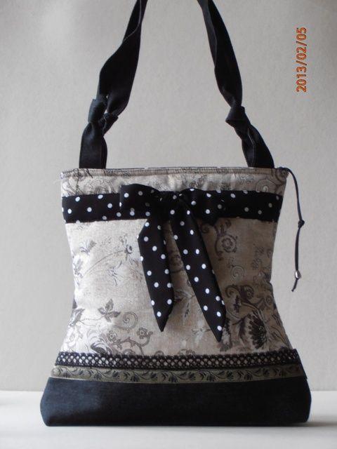 Nyomott virágmintás lenvászon táska, farmerrel kombinálva, pöttyös megkötõvel díszítve