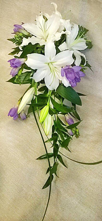 Häät - Kukkahuone Meritorni Morsiuskimppu Valkoiset liljat ja lilat freesiat