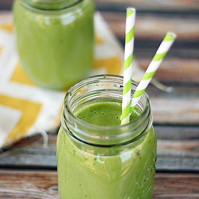 Malzemeler:  Yarım kivi Yarım yeşil elma Yarım portakal Yarım muz Bir avuç ıspanak Yarım su bardağı su ya da elma suyu Birkaç küp buz  Tüm malzemeleri blendarda karıştırın ve soğuk bir şekilde servis edin. Yeşil sebze ve meyvelerden oluşan bu lezzetli içecekle enerji seviyenizi yüksek tutarken vücudunuzu zararlı toksinlerden arındırabilirsiniz.  Afiyet olsun  Önerilen Sayfalar @diyetvakti_  Siz de arkadaşlarınızı etiketleyiniz  Not; Verilen Tarifler Kişinin Kendi Sorumluluğundadır