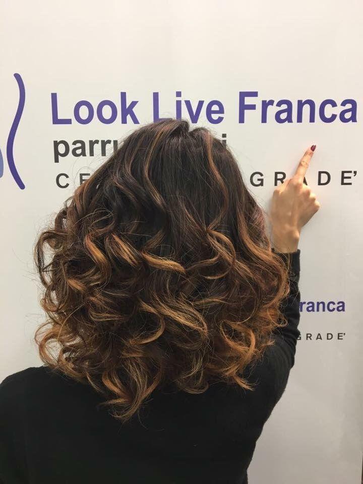 Il nuovo degradè di Ersilia Alescio realizzato con giochi di sfumature e gradazioni di colori caldi dal cacao al caramello mielato creando  inediti effetti di chiaro e scuro ,un colore unico ..  #degradè #newlook #haircolor #hairstyle #haircurl #wella #fashion #davines #sustenaiblebeautypartner #bcorp #looklivefrancaparrucchieri #centrodegradè #ragusa #viadeimirti29