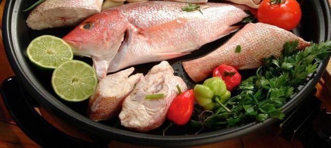 Piska Kora na fornu (Roode Baars in de oven) Bereidingswijze:Leg het pakketje op een schaal en vouw het folie open. Lekker met rijst, sperziebonen en komkommersalade. Tip: Hele dorade of zeebaars zijn ook goed op deze manier klaar te maken. Of maak eens eenpersoons pakketjes met visfilet.