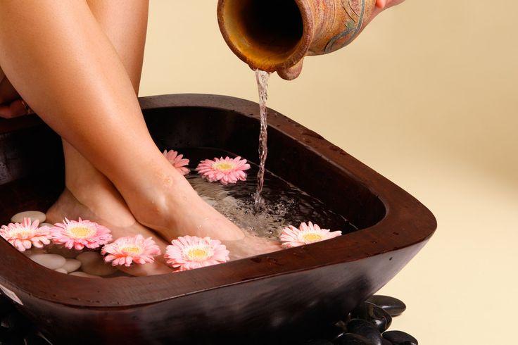 Beauté des pieds - Bain de pieds anti-transpiration : remplissez votre bassine d'eau chaude, ajoutez-y un grand verre de vinaigre de cidre et 1 càs de gros sel. Mélangez, puis patientez jusqu'à ce que l'eau soit environ à 38°. Pensez à prendre votre serviette à vos côtés, mettez vos pieds nus dans la bassine d'eau et détendez-vous pendant 10 minutes. Sortez et essuyez vos pieds.