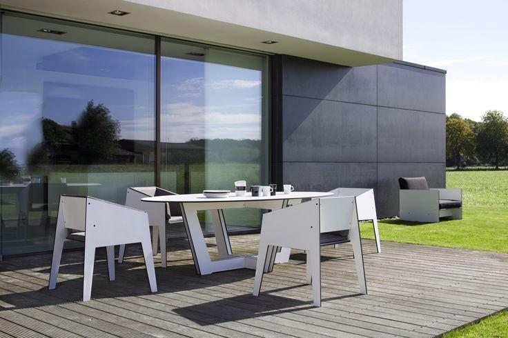 Krzesła i stół z kolekcji Jig są wykonane z trwałego materiału HPL, który jest odporny na otarcia, wilgoć oraz warunki atmosferyczne. Dzięki czemu idealnie będzie pasował do każdego ogrodu i na taras.