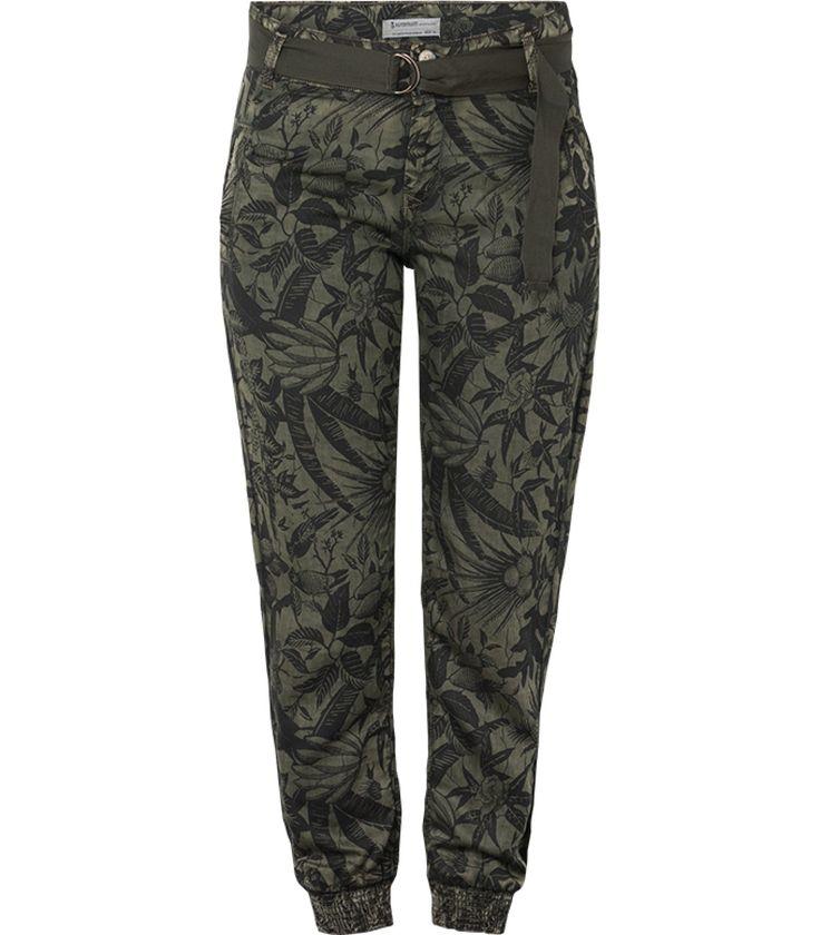 Comfortabel en stylish in deze luchtige broek. De broek valt op door de tropische print. De broek is voorzien van een elastieken boord aan de pijpen en een bijpassende riem als accessoire. Stijl helemaal af met een paar blokhakken eronder.