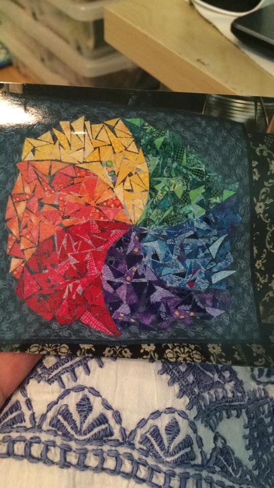 Et bilde av en donasjonsquilt eg laga for mange år sidan. Eg elsker regnbuen, det er lett å sjå.