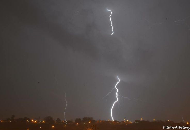 Así se son registrados los cielos en esta noche tormentosa sobre Pereira. EnvíaJulian Arbelaez.