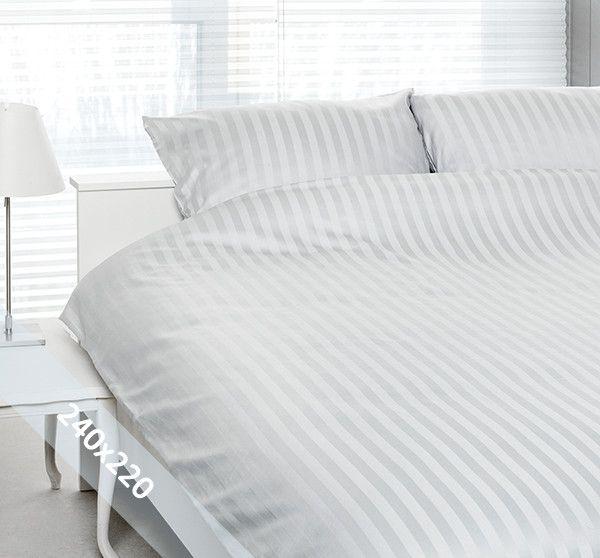 """Satin d'Or """"streep"""" lits-jumeaux (240x200/220 cm) dekbedovertrek wit. Wentel je in het stijlvolle en luxe van een hotelsuite met dit dekbedovertrek van katoen-satijn. Door verschillende weeftechnieken ontstaan de verschillende banen mat en glans."""