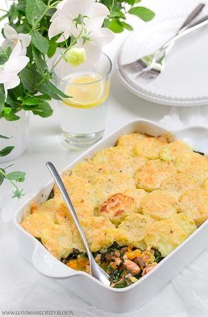 Jeśli szukacie pomysłu na piątkowy obiad, to jesteście we właściwym miejscu :) Dziś mam dla Was przepis na pyszną zapiekankę ziemniaczaną z łososiem, szpinakiem