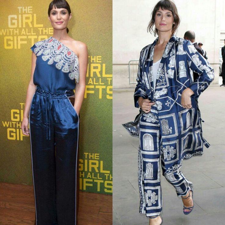 Mais dois looks muito fashion e inspiradores!✨ Gemma Arterton em duas produções elegantes com azul.💙 Adorei o mix da calça sport, estilosa, no primeiro look. Assim como a estampa do segundo conjunto. #glam #gemmaarterton #fashionstyle #navyblue