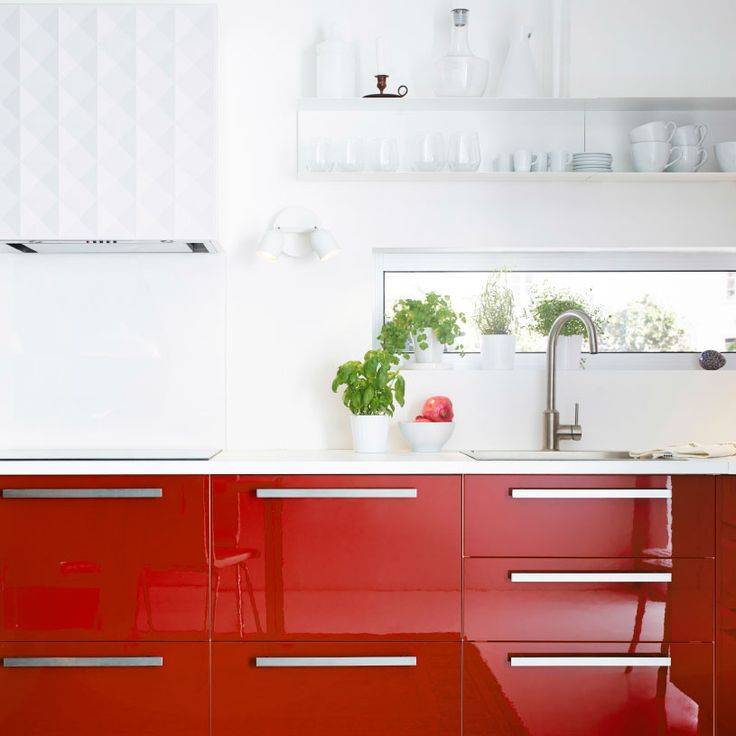 Moderne rødt kjøkken med ringhult herrestad fronter, integrerte ...
