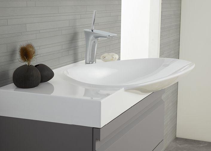 Kauniin mallinen Cadenza -allas kruunaa Zaro kylpyhuonekalusteen.