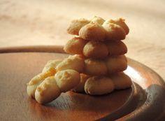 Preparati interamente con la farina di riso, e quindi completamente ''gluten-free''(senza glutine), sono perfetti anche per chi soffre di celiachia. Il basso contenuto proteico della farina di riso (6 -7%) la rende poco adatta alla panificazione ma adatta alla preparazione di biscotti e pasta frolla, in cui non è necessaria la formazione della maglia glutinica indispensabile invece nei lievitati.Sono biscotti profumati, in cui si sente subito l'aroma di vaniglia e limone, friabili e…