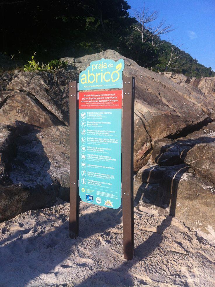 Desenvolvimento de Sinalização Externa Ambiental da Praia do Abricó, Grumari - RJ. Totem 100% produzido com material reciclado, sendo placa de PVC de garrafas PET, madeira plástica e impressão a base de água.