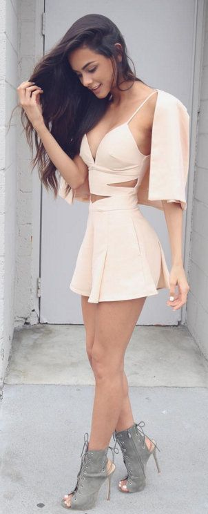 Valentine's day is around the corner and that means you're going to be all lovely dovey with your significant other! For that special day, if you're going out for a nice dinner date, then you need the right outfit. You want to turn heads when you walk in the room and feel sexy. Check out these 12 sexy outfits perfect Valentines Day!