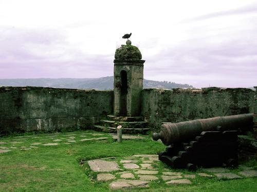 Castillo San Sebastían de la Cruz, Corral, Valdivia-Chile - A la localidad de Corral se llega a través de embarcaciones que salen desde Niebla. Aquí se encuentra esta impresionante fortaleza que data de 1645, como batería, y a partir del año 1676 pasa a ser un fuerte español dependiente del Virreinato de Lima. Junto a los fuertes de Niebla y Mancera, conviertieron esta zona en escenario de lucha entre españoles y piratas que llegabana al lugar. Saludos. Viajes y tours a la Región de Los…