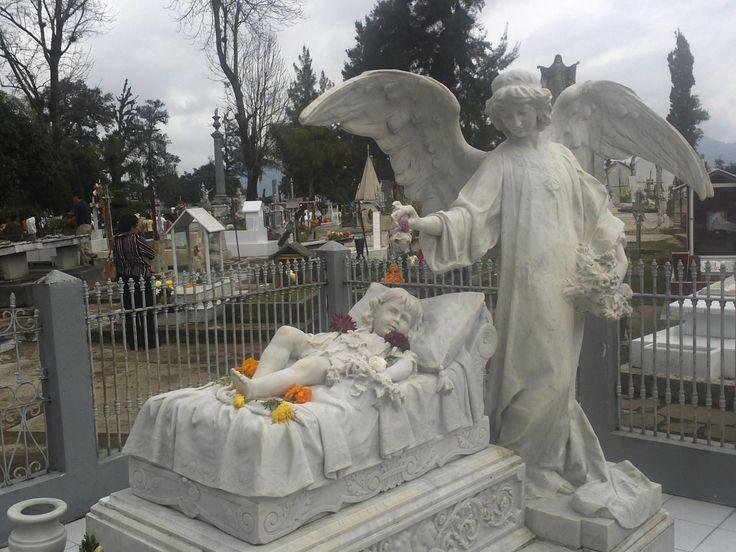 """Es la tumba de la pequeña Ana María Dolores Segura y Couto quien falleció el 6 de julio de 1908 en la ciudad a la edad de dos años.Para que siempre estuviera custodiada y recordada, los padres mandaron a hacer una escultura de mármol.Se encuentra en El Panteón de Orizaba conocido oficialmente como """"Cementerio Municipal Juan de la Luz Enríquez"""", en Veracruz, México."""
