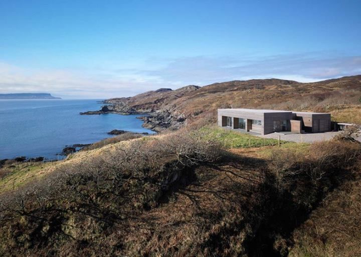 Tight Port na Long σχεδιασμένο από τους Dualchas Architects - Σκωτία  Στο νοτιότερο άκρο της Σκωτίας, στο Isle of Skye, μπορείτε να θαυμάσετε αυτό το μικρό τσιμεντένιο σπίτι επενδυμένο με στοιχεία ξύλου.  #kypriotis #kipriotis #plakakia #anakainisi #athens #ellada #greece #hellas #banio #dapedo